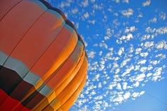 De Wolken van de koude Lucht en een Ballon van de Hete Lucht! Stock Afbeeldingen