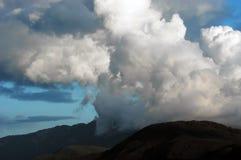 De wolken van de onweersbui boven berg royalty-vrije stock fotografie