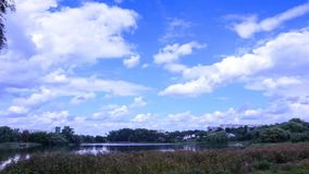 De wolken van de tijdtijdspanne over het landschap van de rivierzomer Volledige HD stock video