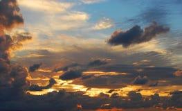 De wolken van de zonsondergang stock foto's