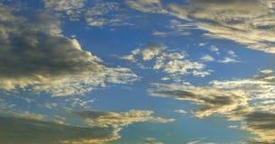 De wolken van de Hdzonsondergang op blauwe hemel | Wolken in een mooie vorm stock afbeeldingen