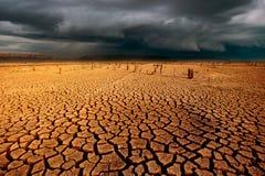 de wolken van de de hemelregen van het donderonweer barstten droog land zonder wate stock fotografie
