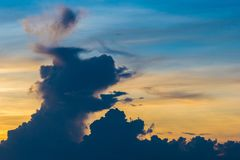 De Wolken van Hond komen levend stock foto