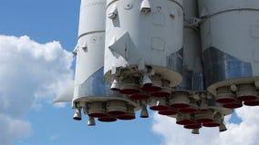 De wolken van raketpijpen stock footage