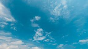 De wolken van de tijdtijdspanne in blauwe hemel stock videobeelden