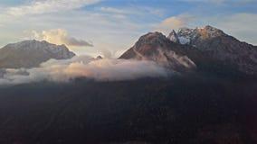 De wolken van de tijdtijdspanne over de bergen van Watzmann en Hochkalter-, Berchtesgaden, Duitsland stock footage