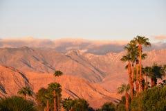 De Wolken van de zonsopgangwoestijn stock afbeeldingen