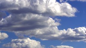 De wolken veranderen hun vormbewegingen stock videobeelden