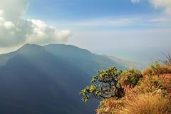 De wolken weiden bovenkanten van de verre bergen Stock Afbeeldingen