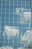 De wolken wezen in een bureau de bouw ` s op venster, Portland, Oregon Stock Foto