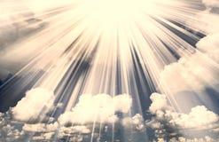 De wolkenachtergrond van de zonnestraal stock fotografie