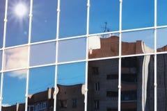 De wolkenbezinning van de zon lichte hemel in de bouw van het glasbureau Royalty-vrije Stock Foto