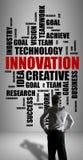 De wolkenconcept van het innovatiewoord dat door een zakenman wordt gelet op Stock Foto