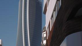 De wolkenkrabber en de luxe de flats van Milan City Life, sluiten omhoog schuine standschot stock video