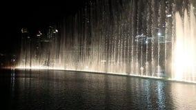 De wolkenkrabber van Burjkhalifa en zingende fonteinen in Doubai, Verenigde Arabische Emiraten stock video