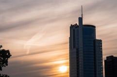 De wolkenkrabber van Minsk bij zonsondergang stock afbeeldingen