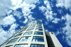 De Wolkenkrabber van Moskou onderzoekt hemel Royalty-vrije Stock Afbeeldingen