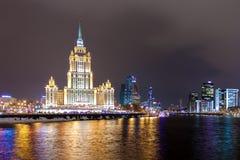 De wolkenkrabber van Stalin - Hotel de Oekraïne bij de kromming van de Moskva-Rivier in de winter stock afbeelding