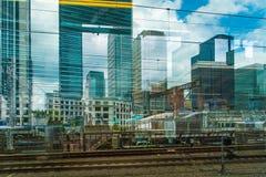 De wolkenkrabbermengeling die van Tokyo door trein overgaan stock afbeelding