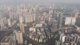 De wolkenkrabbers bezetten het grootste deel van het kader Wij zien het verkeer van auto's op stedelijke wegen