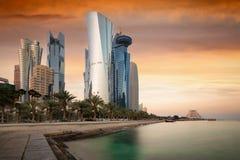 De wolkenkrabbers bij horizon van het centrum van Doha, Qatar Stock Foto's