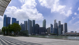 De Wolkenkrabbers en Marina Bay Panorama van Singapore Royalty-vrije Stock Foto's