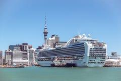 De wolkenkrabbers van Auckland CBD en Hemeltoren met een cruiseschip in Nieuw Stock Foto's