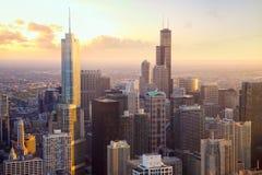 De wolkenkrabbers van Chicago bij zonsondergang stock afbeelding