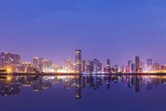 De wolkenkrabbers van China Hangzhou, nachtlandschap royalty-vrije stock foto's