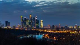 De wolkenkrabbers van de Stad van Moskou bij nacht royalty-vrije stock afbeelding