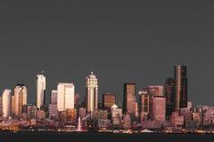De wolkenkrabbers van de waterkant van Seattle en het Reuzenrad Royalty-vrije Stock Foto's