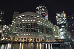 De wolkenkrabbers van de Werf van de kanarie in Londen bij nacht Stock Foto