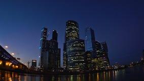 De wolkenkrabbers van het Commerciële van Moskou Internationale Centrum en Derde Ring Road bij de zonsondergang Fisheye UHD - 4K stock videobeelden