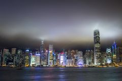 De wolkenkrabbers van Hongkong bij nacht Stock Foto