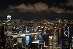 De wolkenkrabbers van Hongkong bij nacht Stock Foto's
