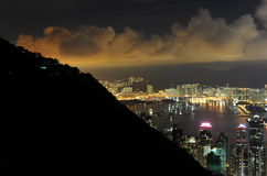 De wolkenkrabbers van Hongkong bij nacht Royalty-vrije Stock Foto