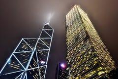 De wolkenkrabbers van Hongkong bij nacht Stock Afbeeldingen