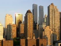 De wolkenkrabbers van Manhattan bij de zonsondergang Stock Afbeeldingen