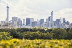 De wolkenkrabbers van Manhattan over het Central Park royalty-vrije stock afbeeldingen