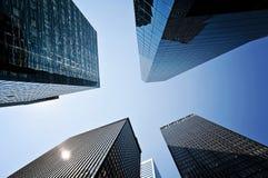 De wolkenkrabbers van Manhattan tegen Zon Royalty-vrije Stock Afbeeldingen
