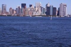 De wolkenkrabbers van New York van de boot Stock Fotografie