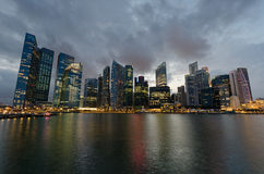 De wolkenkrabbers van Singapore binnen de stad in in avondtijd Royalty-vrije Stock Fotografie