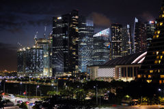 De wolkenkrabbers van Singapore in Marina Bay in schemering Royalty-vrije Stock Foto