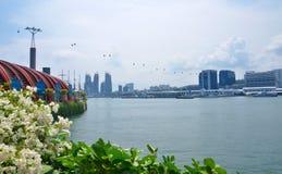 De wolkenkrabbers van Singapore van Sentosa Ilsand Stock Foto's