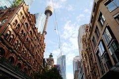 De Wolkenkrabbers van Sydney Tower en van de Stad royalty-vrije stock afbeelding