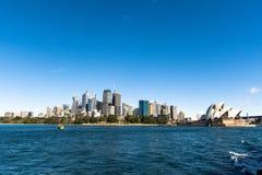 De Wolkenkrabbersmening van Sydney CBD met mening van het Operahuis een duidelijke blauwe hemel stock foto's