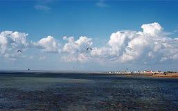 De wolkenondiepte van het landschapswater Stock Afbeelding