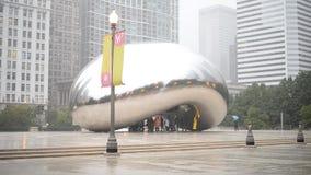 De wolkenpoort is het kunstwerk van Anish Kapoor als beroemd oriëntatiepunt van Chicago in Millenniumpark stock video