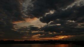 De wolkenrivier van de zonsondergangzonsondergang stock video