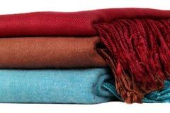 De wollen sjaals vouwden keurig in een stapel Royalty-vrije Stock Foto's